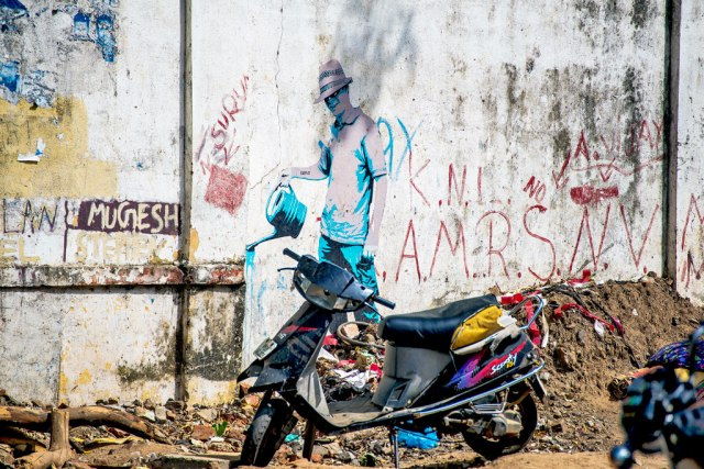 The graffiti in Pondicherry adopts Banky's style and attitude. This was on a wall next to a garbage dump. It's a me too but adds to Pondi city's connect with Europe in modern times. I'm glad I captured this art.